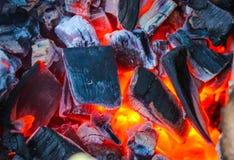 Καίγοντας άνθρακες, καυτή σχάρα ξυλάνθρακα, μαγειρεύοντας κρέας στο κάψιμο των ανθράκων στοκ εικόνες με δικαίωμα ελεύθερης χρήσης