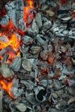 Καίγοντας άνθρακες, καυτή σχάρα ξυλάνθρακα, μαγειρεύοντας κρέας στο κάψιμο των ανθράκων στοκ εικόνες