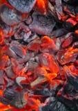 Καίγοντας άνθρακες, καυτή σχάρα ξυλάνθρακα, μαγειρεύοντας κρέας στο κάψιμο των ανθράκων στοκ φωτογραφία
