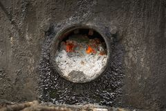 Καίγοντας άνθρακες στο λειώνοντας φούρνο πίσσας για τις οδικές εργασίες στοκ φωτογραφία με δικαίωμα ελεύθερης χρήσης