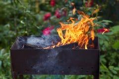 καίγοντας δάσος ορειχαλκουργών Πυρκαγιά, φλόγες Σχάρα ή σχάρα Στοκ φωτογραφία με δικαίωμα ελεύθερης χρήσης