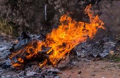 καίγοντας έγγραφα και κιβώτιο με τις φλόγες και την τέφρα Στοκ εικόνες με δικαίωμα ελεύθερης χρήσης