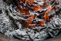 Καίγοντας έγγραφο για τους προγόνους που περνούν μακριά Στοκ φωτογραφίες με δικαίωμα ελεύθερης χρήσης