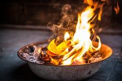 Καίγοντας έγγραφο για τους προγόνους που περνούν μακριά Στοκ Εικόνες