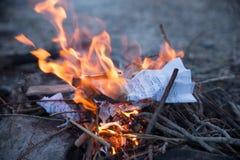 καίγοντας έγγραφο με τις σημειώσεις μουσικής Στοκ Εικόνες