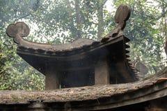 Καίγοντας έγγραφο στην πέτρα stupa με τη σκόνη και τον καπνό Στοκ Εικόνες