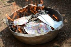 Καίγοντας έγγραφο χρημάτων φαντασμάτων Στοκ εικόνες με δικαίωμα ελεύθερης χρήσης