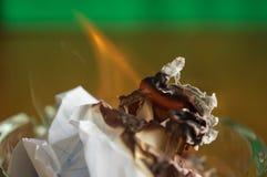 Καίγοντας έγγραφο ashtray γυαλιού Στοκ Εικόνες