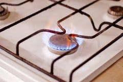 Καίγοντας αέριο στη σόμπα αερίου κουζινών Στοκ Φωτογραφίες