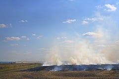 καίγοντας αγροτικά πεδί&alph Στοκ εικόνα με δικαίωμα ελεύθερης χρήσης