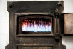 Καίγοντας αεριωθούμενα αεροπλάνα σε έναν παλαιό φούρνο αρτοποιείων Στοκ εικόνες με δικαίωμα ελεύθερης χρήσης