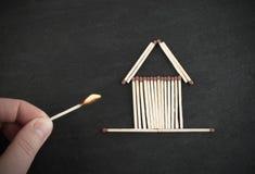 Καίγοντας αντιστοιχία και σπίτι αντιστοιχιών Στοκ Φωτογραφία