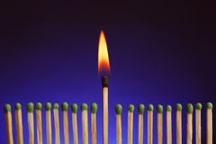 Καίγοντας αντιστοιχία μεταξύ άλλων Έννοια διαφοράς και μοναδικότητας στοκ εικόνα