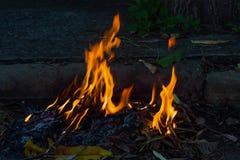 Καίγοντας απορρίματα ακρών του δρόμου Στοκ φωτογραφία με δικαίωμα ελεύθερης χρήσης