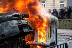 καίγοντας αυτοκίνητο το αυτοκίνητο κατέστρεψε και έθεσε στην πυρκαγιά κατά τη διάρκεια των ταραχών Κέντρο πόλεων Στοκ Φωτογραφία