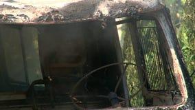 Καίγοντας καμπίνα αυτοκινήτων καπνού στο δάσος απόθεμα βίντεο