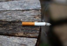 καίγοντας καπνός τσιγάρων Στοκ Φωτογραφίες