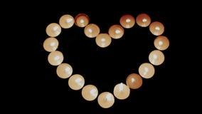 Καίγοντας καρδιά μορφής κεριών απόθεμα βίντεο