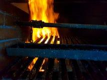 Καίγοντας καυσόξυλο στην κινηματογράφηση σε πρώτο πλάνο εστιών, τα καμμένος κούτσουρα, την πυρκαγιά και τις φλόγες στοκ φωτογραφία