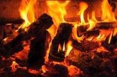 Καίγοντας καυσόξυλο με τις φλόγες Στοκ Φωτογραφίες
