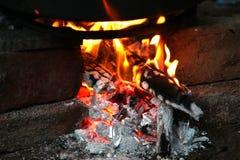 Καίγοντας καυσόξυλο στην εστία κοντά επάνω Στοκ Εικόνες