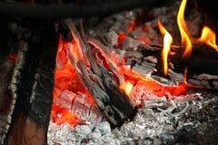 Καίγοντας καυσόξυλο στην εστία κοντά επάνω Στοκ φωτογραφίες με δικαίωμα ελεύθερης χρήσης