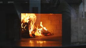 Καίγοντας καυσόξυλο στην κινηματογράφηση σε πρώτο πλάνο εστιών, τα καμμένος κούτσουρα, την πυρκαγιά και τις φλόγες απόθεμα βίντεο