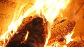 Καίγοντας καυσόξυλο στην κινηματογράφηση σε πρώτο πλάνο εστιών, τα καμμένος κούτσουρα, την πυρκαγιά και τις φλόγες Στοκ Εικόνα