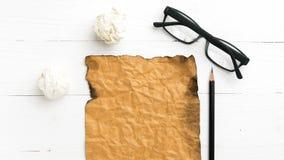 Καίγοντας καφετί έγγραφο και τσαλακωμένο έγγραφο Στοκ Εικόνα