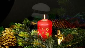 Καίγοντας κερί και γερμανικό κέικ Pfeffernuss Χριστουγέννων απόθεμα βίντεο
