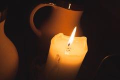 Καίγοντας κερί και εκλεκτής ποιότητας φλυτζάνια αργίλου της μπύρας Στοκ φωτογραφία με δικαίωμα ελεύθερης χρήσης