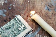 Καίγοντας κερί με τα χρήματα Στοκ φωτογραφία με δικαίωμα ελεύθερης χρήσης