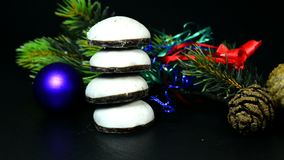 Καίγοντας κερί με το γερμανικό κέικ Pfeffernuss Χριστουγέννων απόθεμα βίντεο