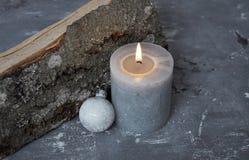 Καίγοντας κερί, μπιχλιμπίδι χριστουγεννιάτικων δέντρων και ξύλινο κατάλυμα στο σκυρόδεμα Στοκ φωτογραφίες με δικαίωμα ελεύθερης χρήσης