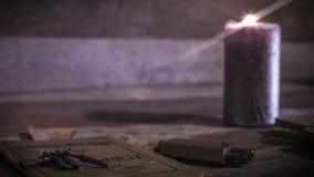 Καίγοντας κερί, παλαιές κλειδιά και κάρτες απόθεμα βίντεο