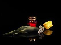 Καίγοντας κερί σε ένα κόκκινο κηροπήγιο γυαλιού Στοκ εικόνες με δικαίωμα ελεύθερης χρήσης