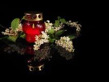 Καίγοντας κερί σε ένα κόκκινο κηροπήγιο γυαλιού Στοκ Φωτογραφία