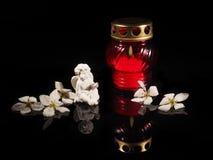 Καίγοντας κερί σε ένα κόκκινο κηροπήγιο γυαλιού Στοκ Εικόνα