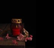 Καίγοντας κερί σε ένα κόκκινο κηροπήγιο γυαλιού Στοκ Εικόνες