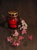 Καίγοντας κερί σε ένα κόκκινο κηροπήγιο γυαλιού Στοκ φωτογραφία με δικαίωμα ελεύθερης χρήσης