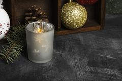 Καίγοντας κερί στα κηροπήγια και ιδιότητες Χριστουγέννων σε ένα dar Στοκ Εικόνα