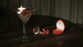 Καίγοντας κερί στο γυαλί με τους πολύτιμους λίθους φιλμ μικρού μήκους
