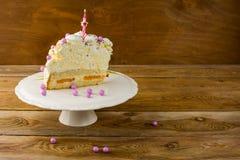 Καίγοντας κερί στο κέικ γενεθλίων Στοκ Εικόνα