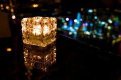 Καίγοντας κερί στο φλυτζάνι γυαλιού με το αφηρημένο υπόβαθρο Στοκ εικόνα με δικαίωμα ελεύθερης χρήσης