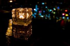 Καίγοντας κερί στο φλυτζάνι γυαλιού με το αφηρημένο υπόβαθρο Στοκ Εικόνα