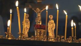 Καίγοντας κεριά εκκλησιών στο ναό κλείστε επάνω απόθεμα βίντεο