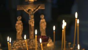 Καίγοντας κεριά εκκλησιών στο ναό κλείστε επάνω φιλμ μικρού μήκους
