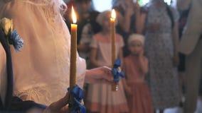 Καίγοντας κεριά εκμετάλλευσης γαμήλιων ζευγών κλείστε επάνω φιλμ μικρού μήκους
