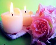Καίγοντας κεριά και τριαντάφυλλα Στοκ Φωτογραφία