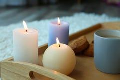 Καίγοντας κεριά και φλιτζάνι του καφέ Στοκ Εικόνες